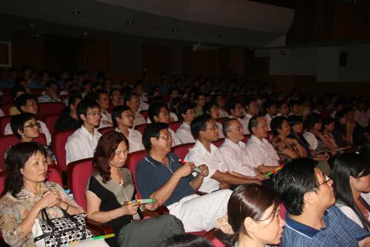 张明明书记、施隆光书记等在观看汉胜艺术团表演的文艺节目