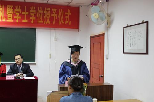 获学士学位代表江大宝发言