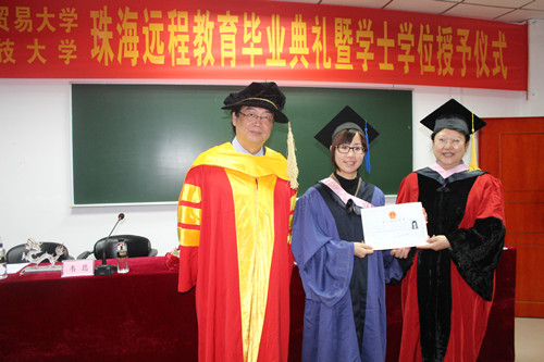 施隆光教授、杨晓霞副教授为毕业生授予学士学位