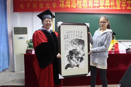 毕业生代表向母校赠送纪念品