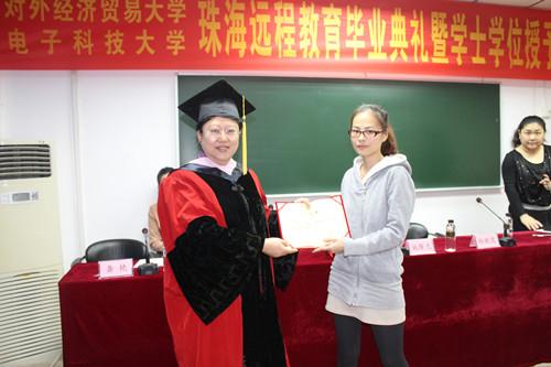 杨院长向优秀毕业生颁发荣誉证书